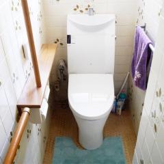温水洗浄、手すりの付いたトイレ